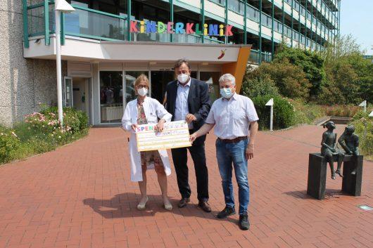 Walterscheid GmbH übergibt Scheck über 17.000 Euro